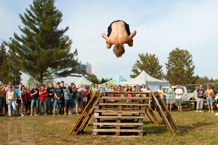 Miki skáče gainer na Majálesu. UrbanChasers