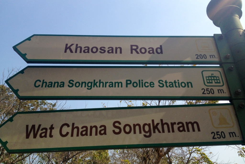 Cedule ukazující na Khao San road
