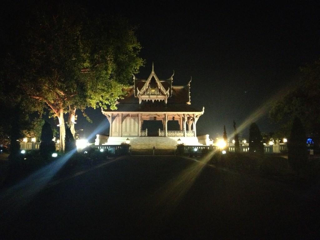 Nasvícený chrám hned u tepny Bangkoku