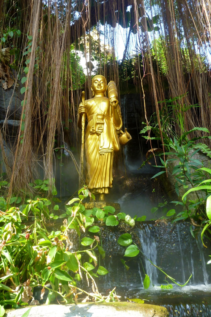 Zlatá socha po cestě na zlatý pahorek