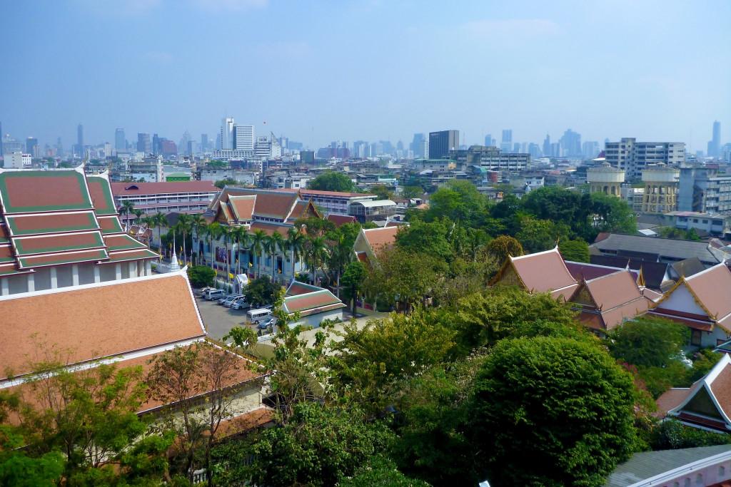 Výhled z vrcholu Wat Saket na chrámy v bangkoku.