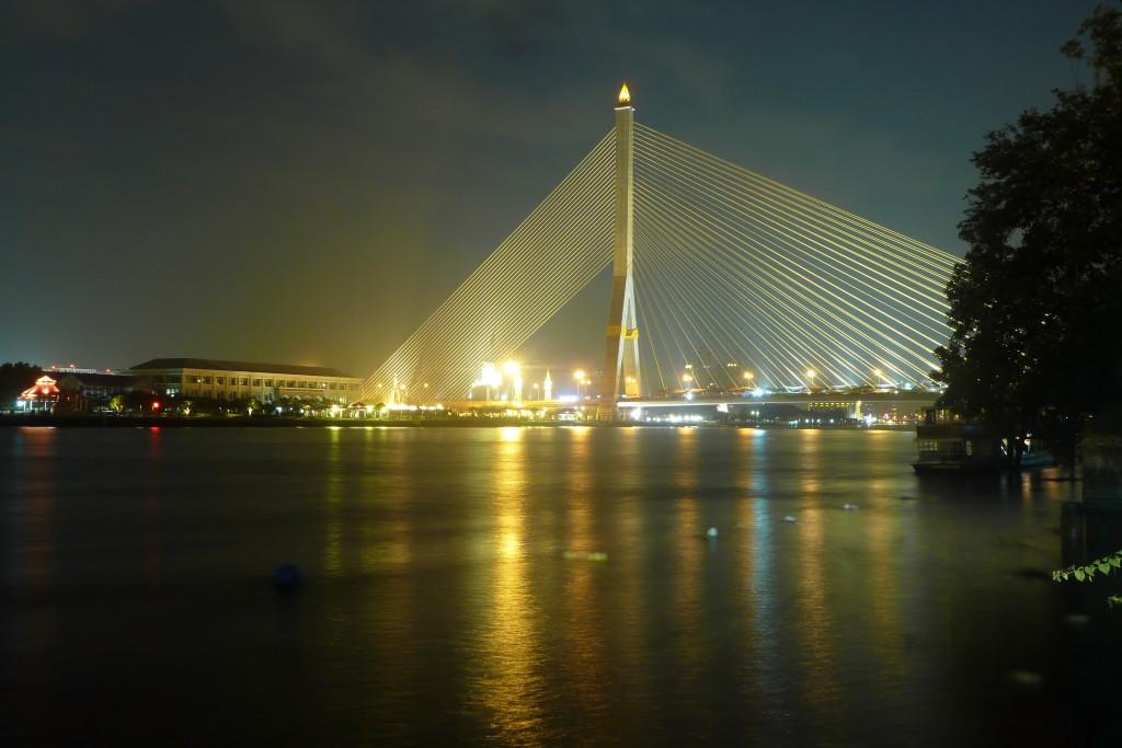 Noční most přes řeku v Bangkoku