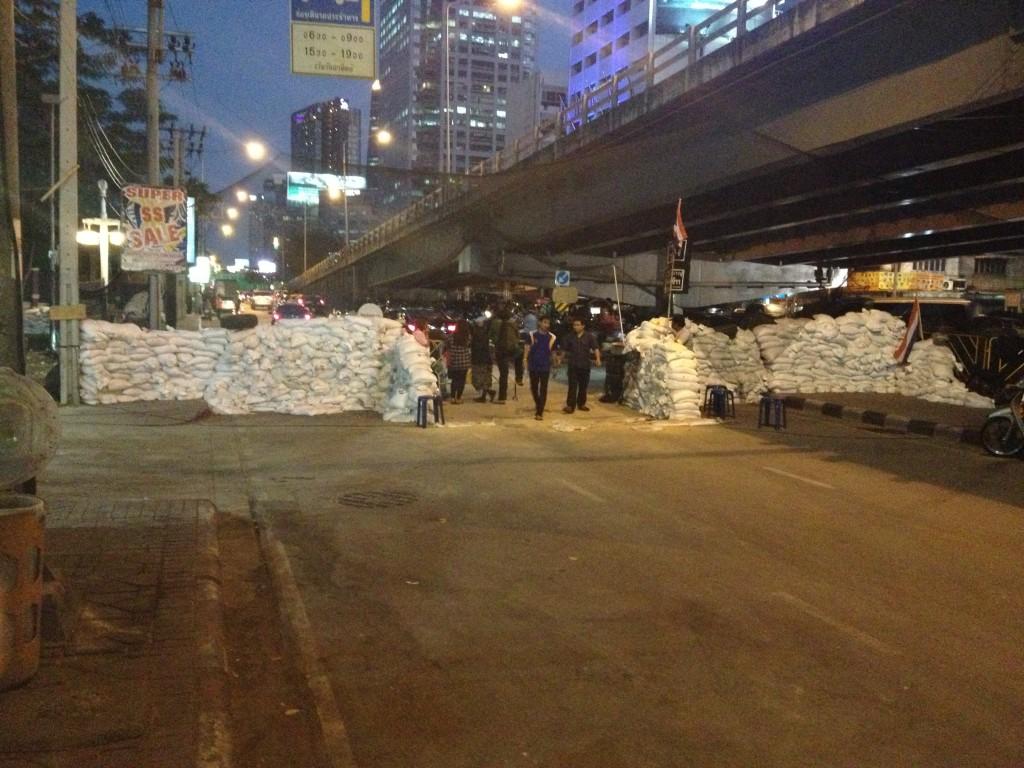 Demonstranti postavili barikády na silnicích v Bangkoku.