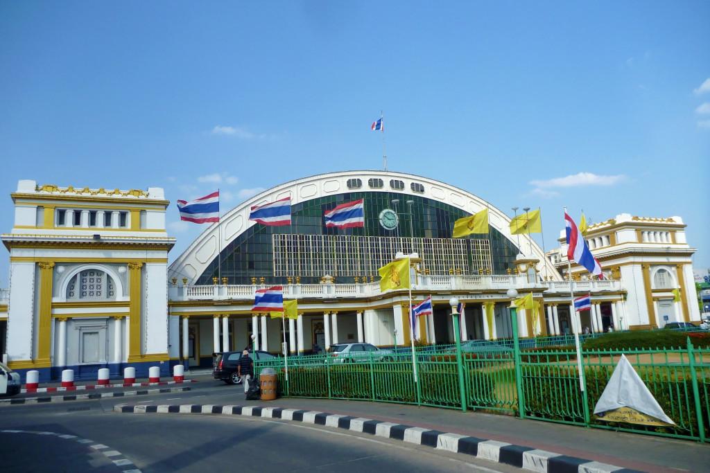 Před nádražím Hua Lamphong