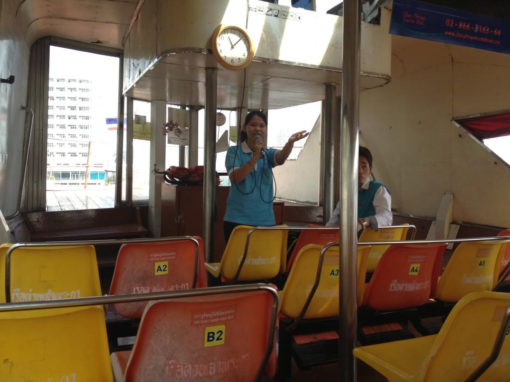 Jedeme na vlakové nádraží lodí po řece Chao Phraya.