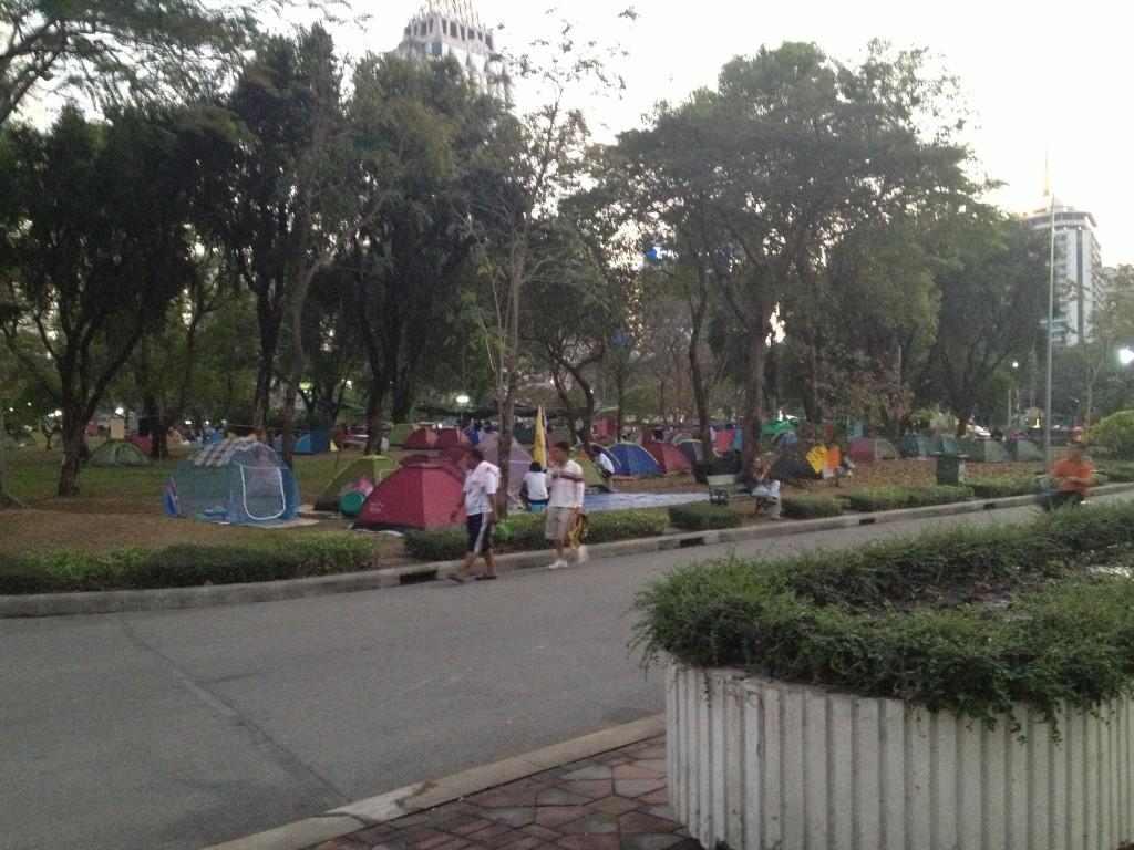 Demonstranti v Lumphini parku