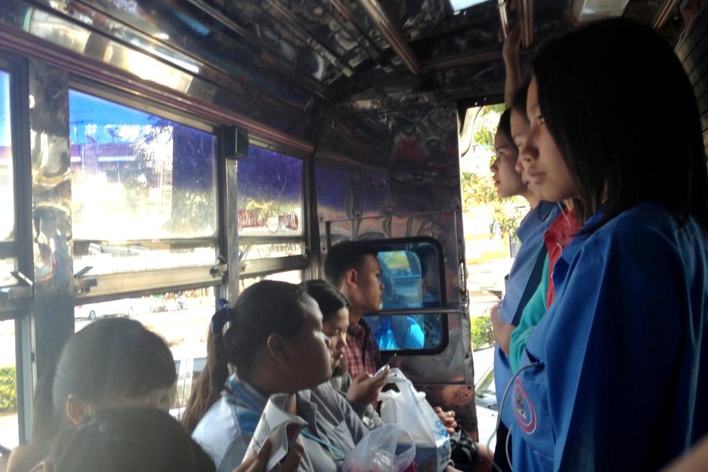 Studentky jedou domu autobusem v Thajsku.