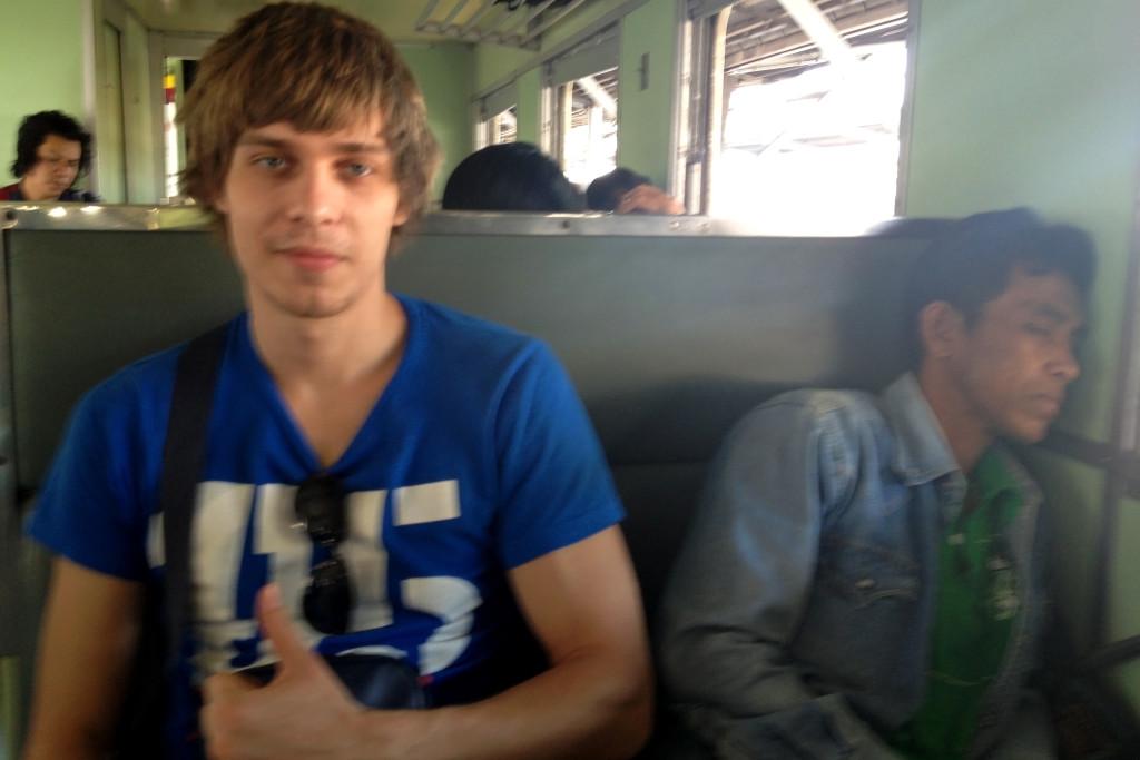 Spící thajec v přeplněném vlaku z Bangkoku do Pak Chongu.