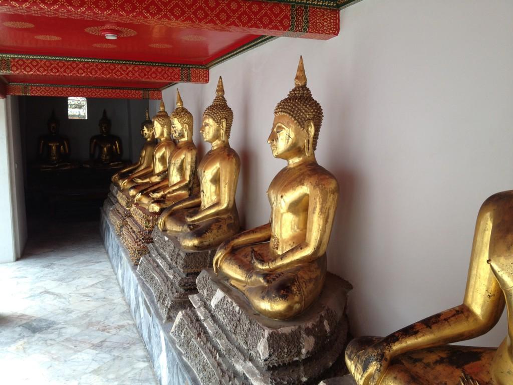 Plno soch Buddhů v chrámu Wat Pho