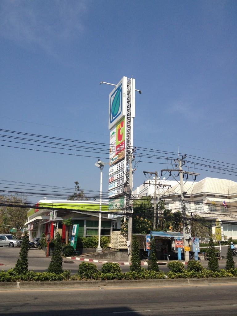 Ceny paliv na benzince v Pattaya, Thajsko.