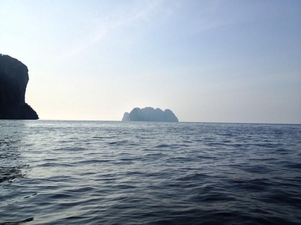 ostrov phi phi ley v dálce na kajaku